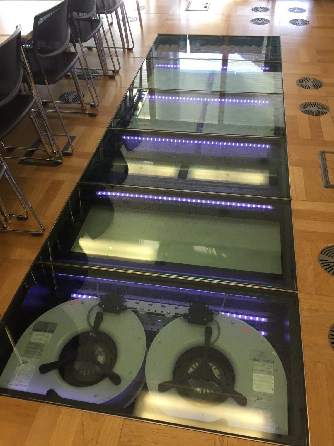 Modern eingerichtete Unterrichtsräume mit integrierten innovativen Kühl- und Heizaggregaten