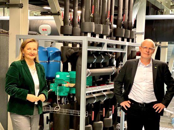 Ulrike Rabmer-Koller, Geschäftsführerin von Rabmer, und Wolfgang Timelthaler, Geschäftsführer von E+ E Eletronik vor Steuerungssystem